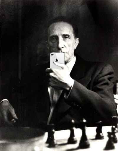 Marcel Duchamp con l'iPhone